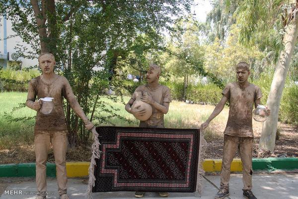 استقبال مردم میناب از ابتکار با بدنی کاملا گلی و لیوانی خالی از آب (عکس)