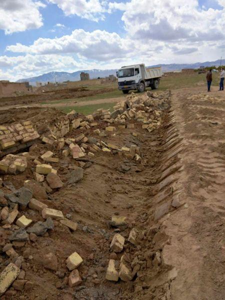 تخریب دو مورد  ساخت و ساز غیر مجاز در اراضی کشاورزی شهرستان بویین زهرا