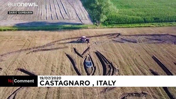 پرتره بزرگ جو بایدن بر یک مزرعه گندم در ایتالیا