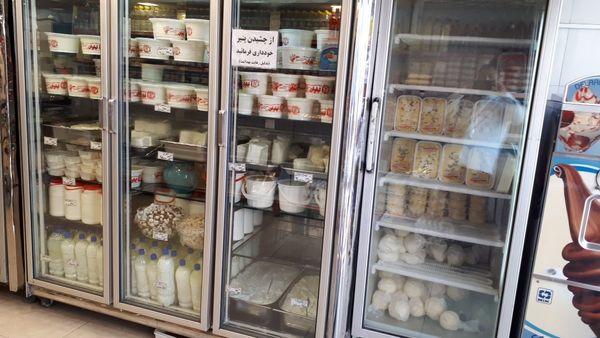 برخی لبنیات فروشیهای سنتی از پالم استفاده میکنند