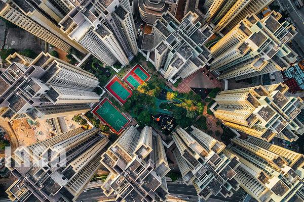 فضای سبز بین مجتمعهای آپارتمانی عظیم در هنگکنگ