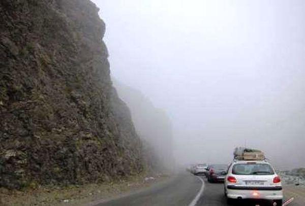 اکثر جادههای کشور بارانی و مهآلود است
